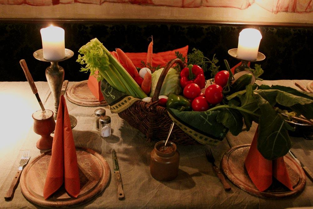 Frischer Salatkorb beim Ritteressen
